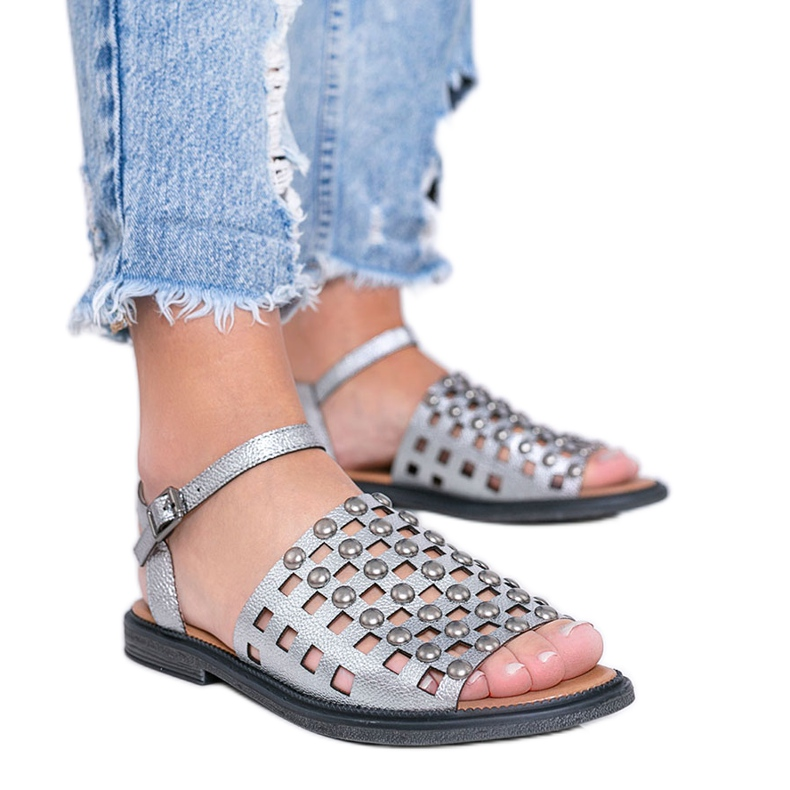 Sandálias metálicas cinza com tachas Luxy