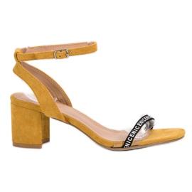 Ideal Shoes amarelo Sandálias de camurça elegantes