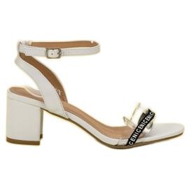 Ideal Shoes branco Sandálias de camurça elegantes