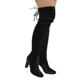 Ideal Shoes Botas de veludo preto no post E-4902