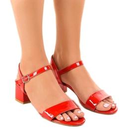 Sandálias vermelhas no poste lacado Qla-93 vermelho