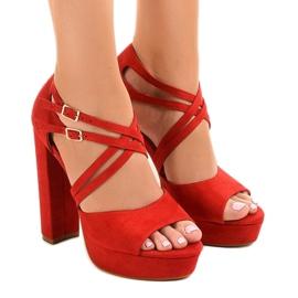 Sandálias vermelhas no estilete de camurça D09 vermelho