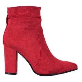 Ideal Shoes Botas de camurça em um bar vermelho